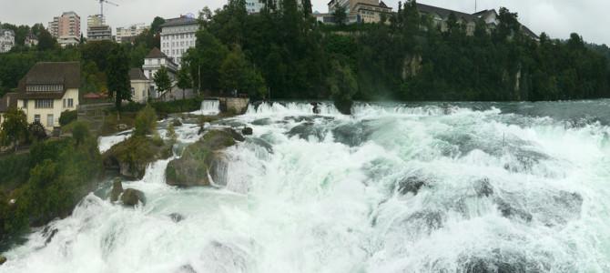 迫力のライン滝(Rheinfall)船で滝壺と城へ