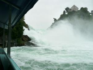 ライン滝中央の岩へ船中から