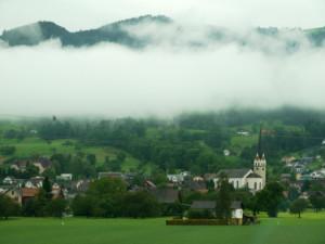 スイス車窓からの牧歌的教会