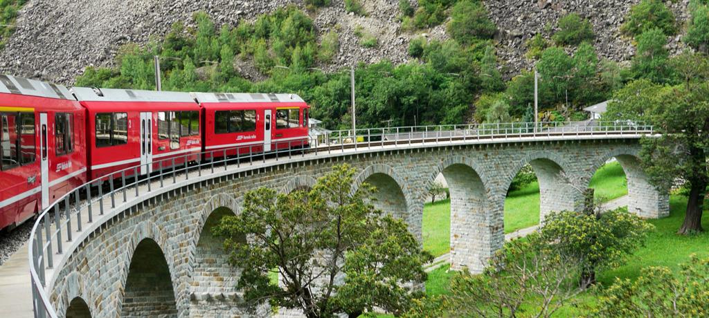 ループ橋を走るベルニナ・エクスプレス