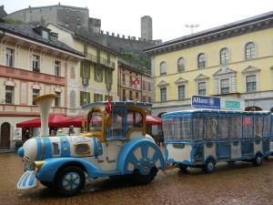 べリンツオーナの青い電車型バス