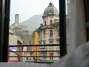 ベリンツォーナのホテル室内より古城