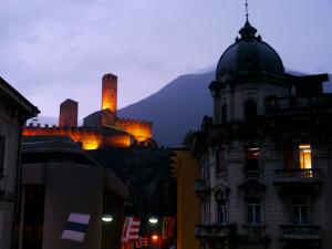 ベリンツォーナのホテル室内よりライトアップされた古城