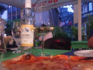 ベリンツォーナのホテルレストランのピザ越しの城