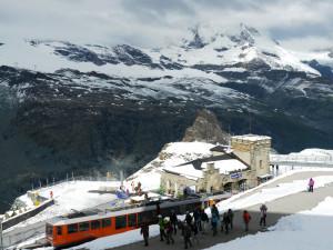 ゴルナーグラード駅と電車と山々