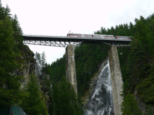 フィンデルンバッハ近くの滝と電車