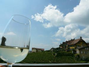 ラヴォー地区葡萄畑のテラスレストランでのワイン