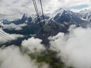 71_6_シルトホルンへゴンドラで雲を抜けて