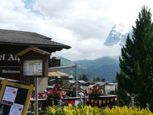 ミューレンのテラスレストランと山