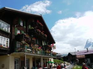 ミューレンのホットドックやさんの建物と山