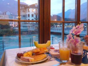 アーレ川沿いの窓辺で朝食