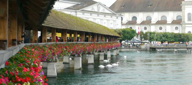 カペル橋(Kapellbrücke)と畔のテラスランチ