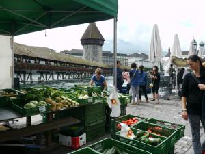 カペル橋畔の野菜屋台